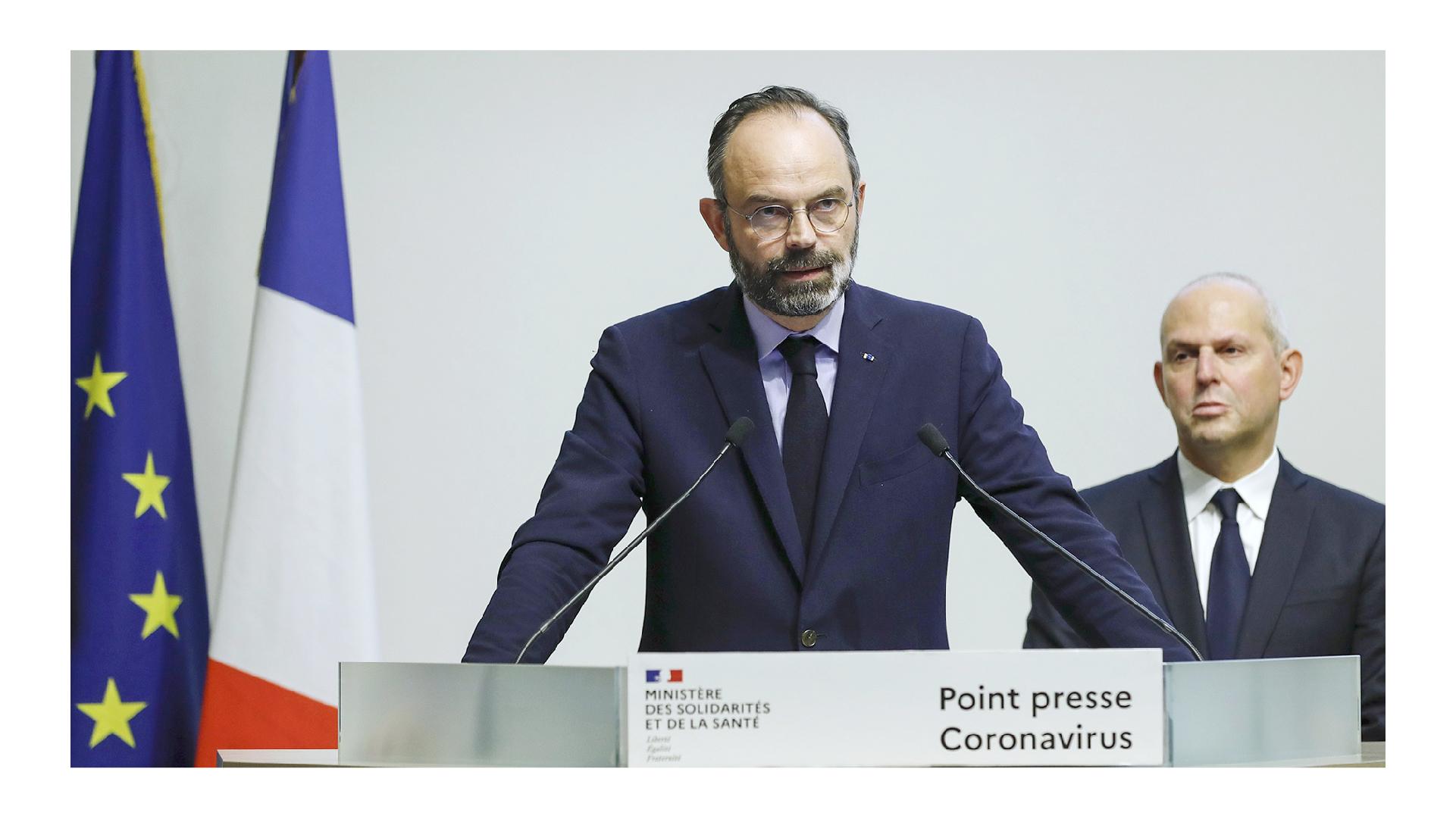 """Édouard Philippe, le 1er ministre durant un point presse lié au coronavirus en mars 2020, le nouveau logotype du Gouvernement en premier plan, ainsi que l'utilisation de la typographie Marianne pour écrire le mot : """"Point presse Coronavirus"""""""
