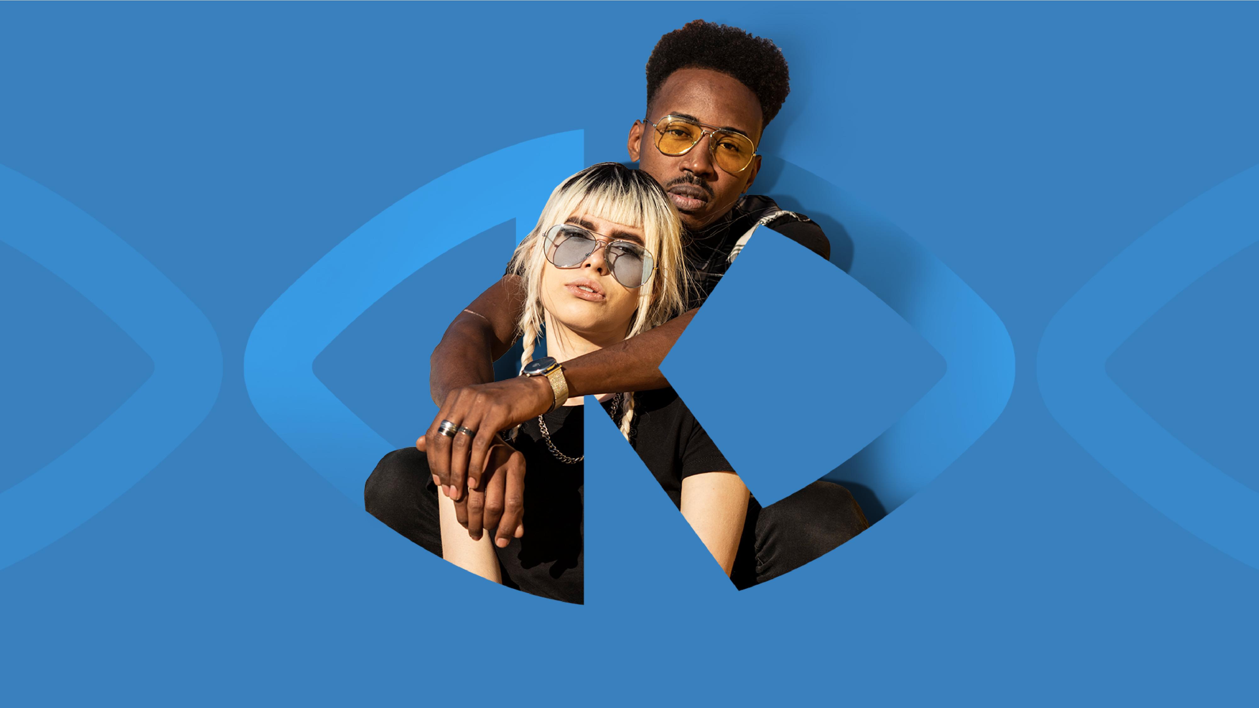 Intégration d'un homme et d'une femme dans le logotype signature Krys sur fond bleu